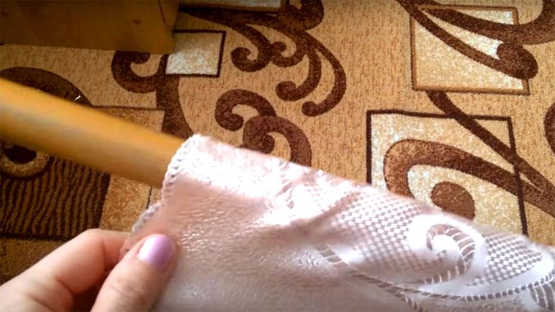 Верхняя кулиска должна быть такой, чтобы трубка вставлялась в неё с натягом. Это важно, иначе ткань будет проворачиваться на основании, и вы не сможете сматывать рулон