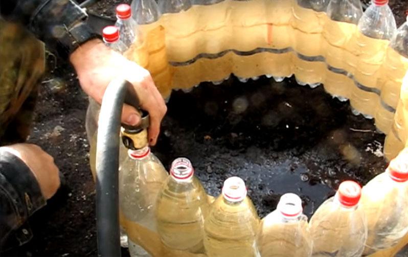 Каждую из бутылок нужно заполнить водой до самого верха и закрыть пробкой. Так ограждение станет тяжёлым и прочным, а кроме того, вода будет исполнять роль теплоносителя