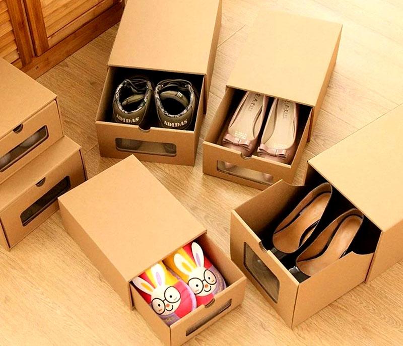 Если такой возможности нет, то используйте обычные коробки из-под обуви, чтобы спрятать пару уличных ботинок