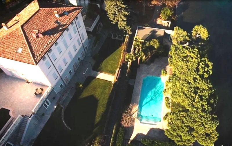 Зону отдыха с бассейном окружает ухоженный сад
