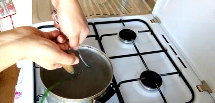 Опустите заготовку в кипящую воду и начинайте вытягивать. Под воздействием горячей воды лента становится мягкой и легко сворачивается в тонкую трубочку