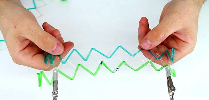 Для вашего удобства закрепите начало сетки в одном положении. Для этого лучше всего подойдут обычные или металлические прищепки
