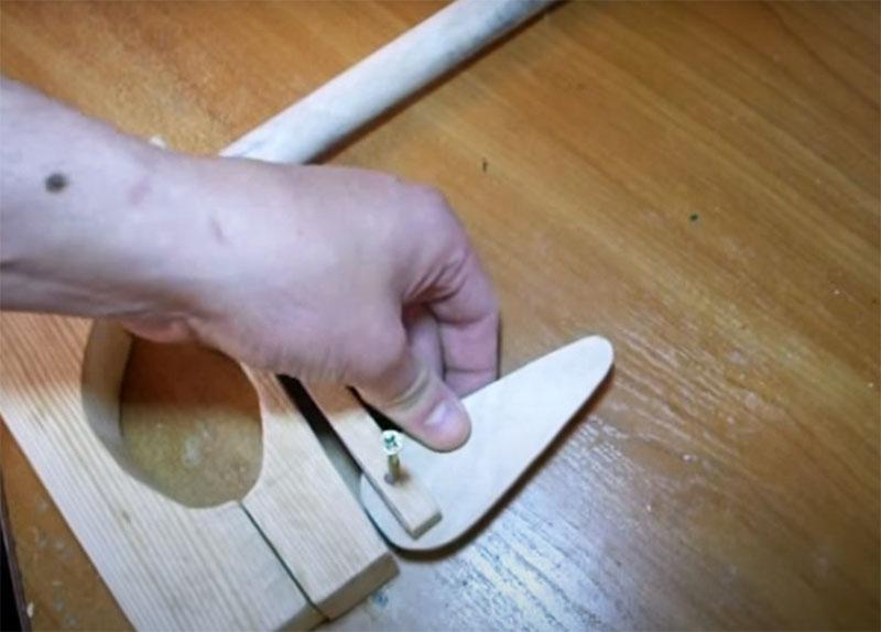 Эту деталь-медиатор следует фиксировать в пропиле верхней части саморезом. Широкая часть детали должна находиться в пропиле, а место крепления не строго по её центру, а на расстоянии от него примерно в 8–10 мм в сторону шпильки