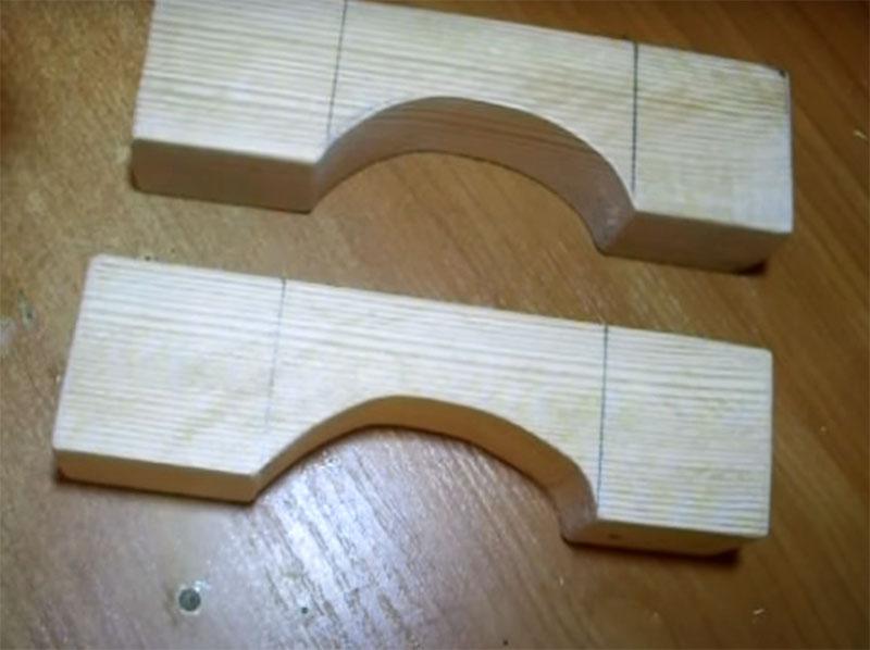 Каждому бруску нужно придать вот такую форму. С двух сторон отмеряете платформу длиной по 5 см, а пространство между платформами выпиливаете полукругом