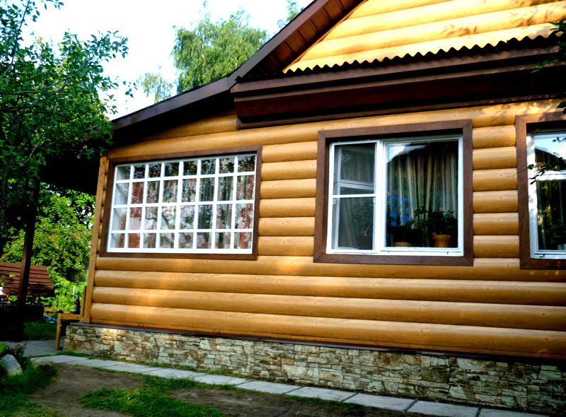 Используя деревянный сайдинг, вы можете сэкономить на постройке деревянного дома, создав имитацию