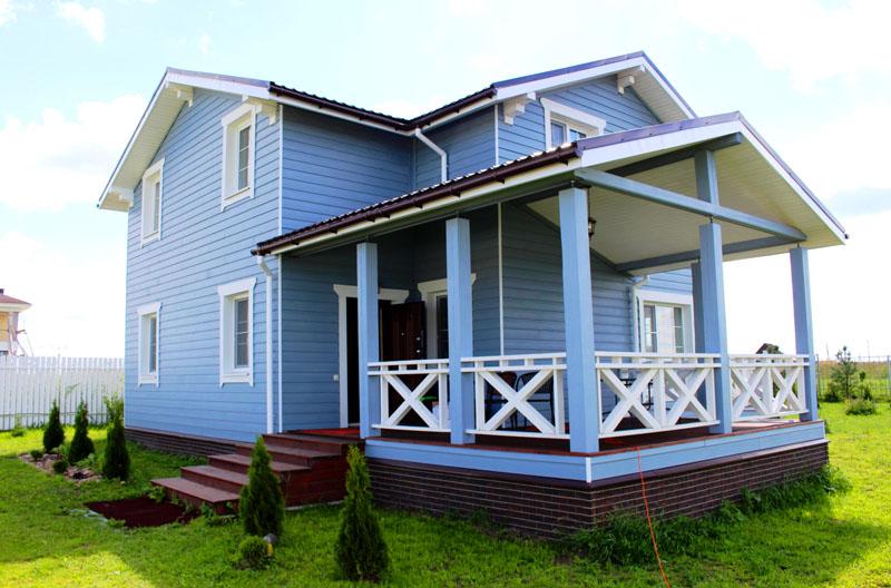 Если вы хотите, чтобы ваш дом выглядел стильно, но не выделялся среди других домов, отдавайте предпочтение серо-голубому цвету