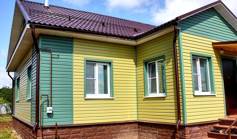 Сочетание мятного и жёлтого цветов выглядит красиво и не «перебивает» оформление дома