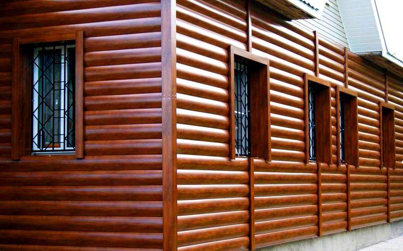 Дом с обшивкой из тёмно-коричневого сайдинга под дерево издалека напоминает лесной домик – это отличное стилистическое решение для тех, кто предпочитает использовать в отделке и декоре натуральные материалы