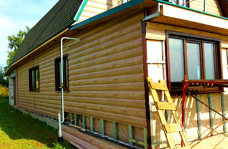 Обшивая дом металлосайдингом, вы можете утеплить помещение с внешней стороны, не теряя при этом в объёме комнат