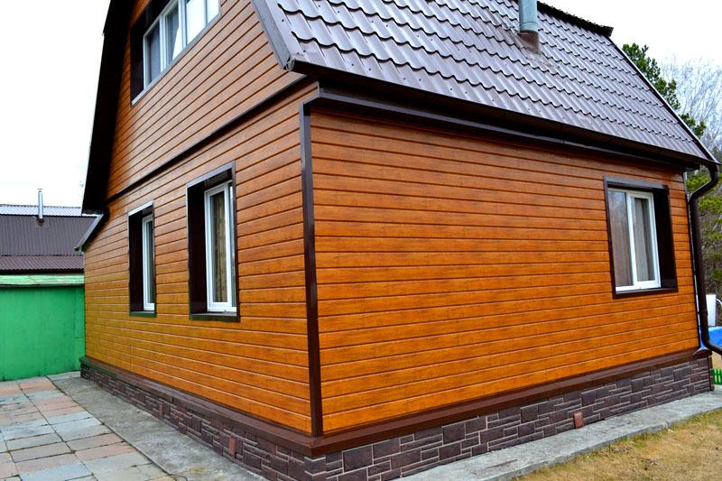 Чтобы дом выглядел красиво после обшивки, заранее продумайте общий дизайн и подберите цвет крыши так, чтобы она сочеталась со стенами
