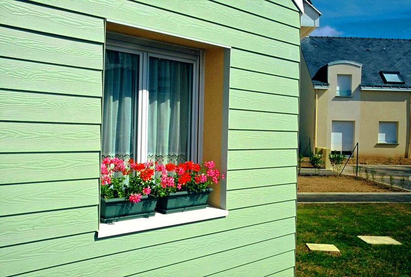 Используя фиброцементый сайдинг, вы можете стилизовать свой дом в английском или норвежском стиле – выбирайте мятные, серо-голубые или красные оттенки