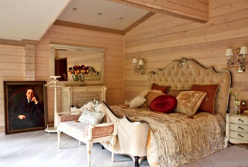 Потолок по периметру и на притолоках украшает изысканная деревянная резьба