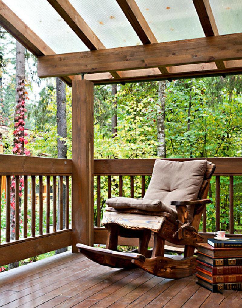На террасе поставили старинное кресло-качалку, сидя в котором можно наблюдать за живописной природой