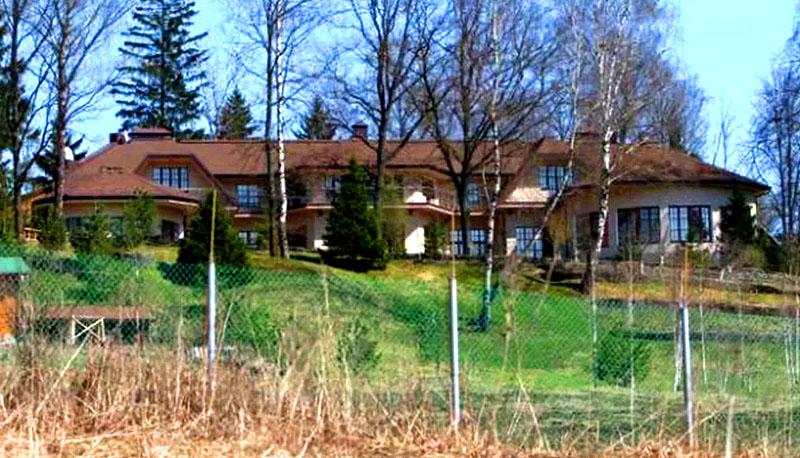 Просторное имение с пятью террасами на разных уровнях идеально вписывается в природный ландшафт