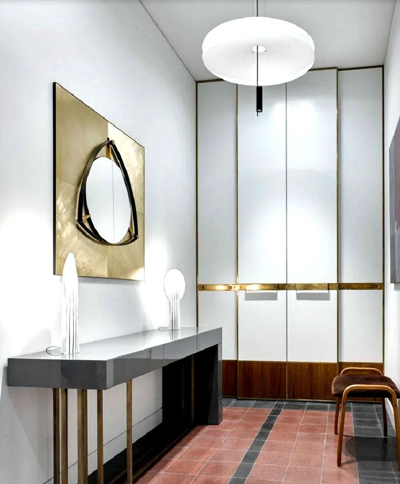 Гардеробную освещает дизайнерский светильник с LED-подсветкой и две эффектные настольные лампы, похожие на каменные сталактиты