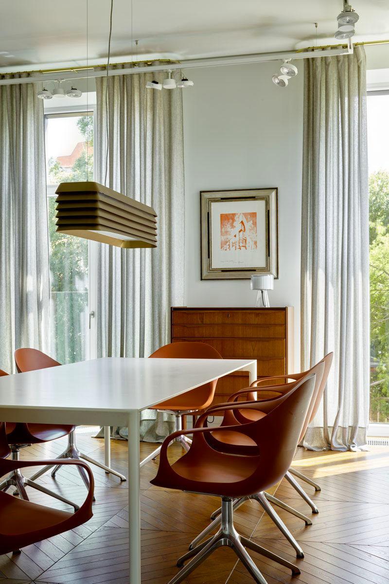 Столовую зону освещает оригинальный светильник в латунном корпусе