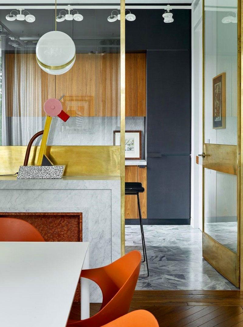 Стены кухни украшают картины из галереи «Палисандр»
