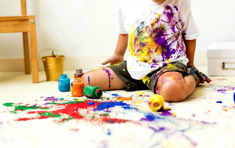 Если ваш ребёнок часто рисует акварельными красками и пачкает ими свои вещи, не ждите, пока пятна на них засохнут, лучше вещи сразу стирайте