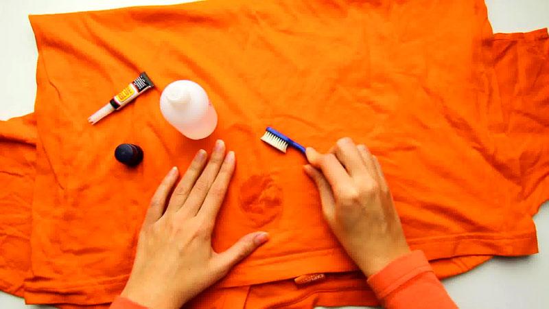 Оттирать пятна можно не жёсткой зубной щёткой или ватным диском, смоченным в приготовленном растворе
