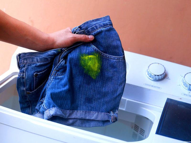 Если вы случайно капнули акриловую краску на джинсы, то сначала замочите их, а потом постирайте в машинке