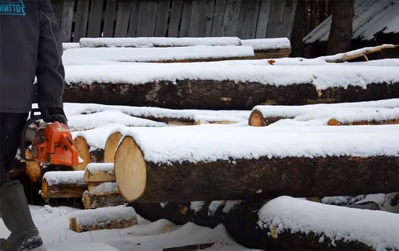 Для доски нужно брать хорошо просушенные брёвна, которые пролежали не меньше года. Слэбы из свежераспиленной древесины обязательно поведёт, и их уже нельзя будет использовать в работе