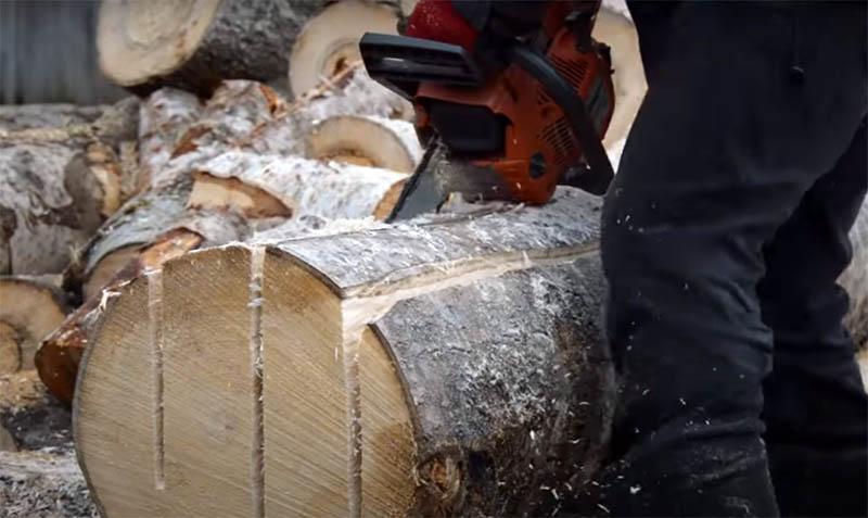 Если из одного бревна у вас запланировано получить несколько досок, то пилите так, чтобы они сразу не отваливались от основной части. Если сразу распилить материал, фиксация бревна нарушится и вам уже не будет так удобно работать. Оставьте пару сантиметров, потом, когда основная часть работы будет завершена, вы быстро закончите распил