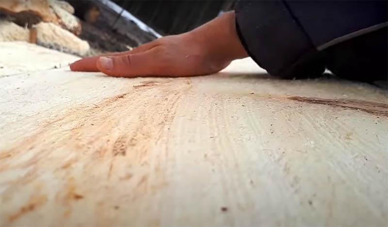 Поверхность доски, изготовленной ручной бензопилой, будет не идеальна, её нужно обработать рубанком и шлифмашиной. И тогда вы можете применить готовый материал в своём строительстве