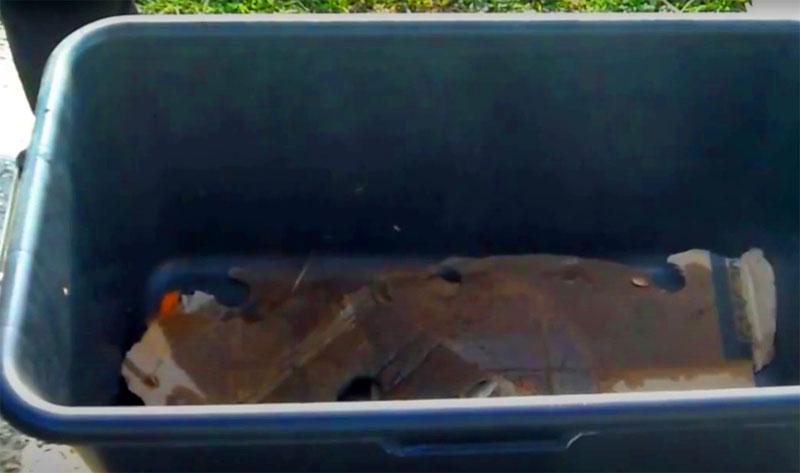 Дно и стенки ящика нужно выложить тарным картоном, а затем соломой. Семью червей лучше поместить в один край ящика, а пищевые отходы и навоз – в другой. Черви быстро освоятся и переберутся в новое место обитания