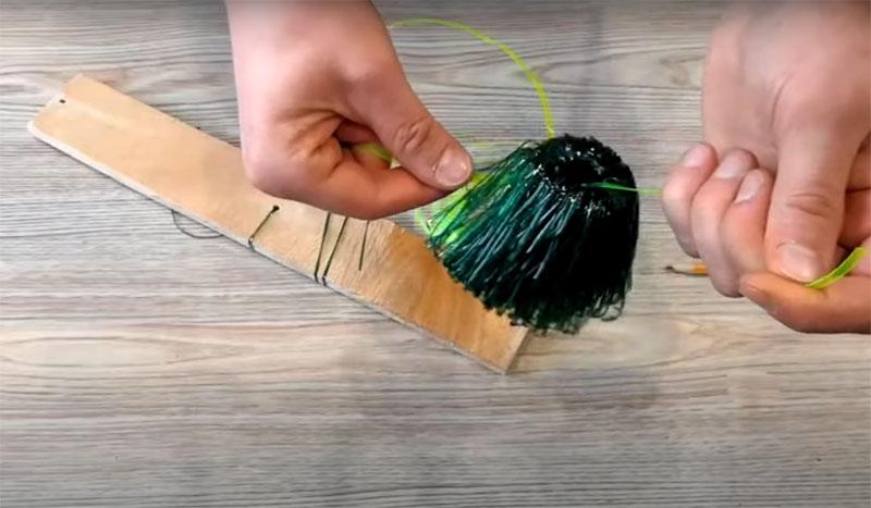 Продетую под намоткой полосу нужно связать узлом как можно крепче. Сделайте три-четыре узла и обрежьте лишние концы или заправьте их под намотку