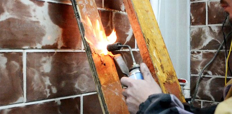 Не все краски можно снять термическим способом, поэтому перед работой лучше попробовать зачистку на небольшой поверхности