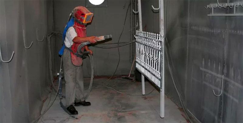 Очистка песткоструем требует определённых навыков, так как при помощи этого инструмента можно повредить поверхность