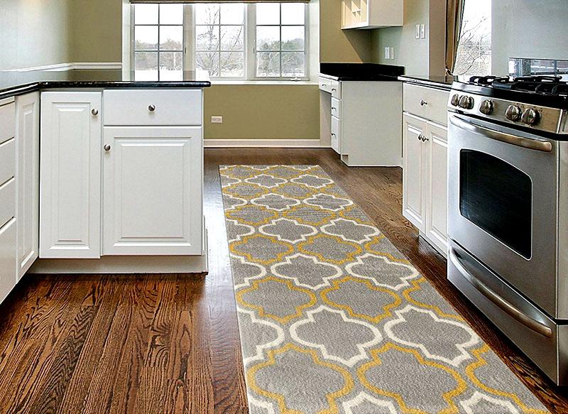 Если между шкафами на кухне маленький проход, постелите ковровую дорожку. Цвет выбирайте в зависимости от того, какая у вас стоит мебель – яркие шкафы лучше разбавить серым или бежевым ковром, а пастельные – дорожкой с необычным геометрическим рисунком