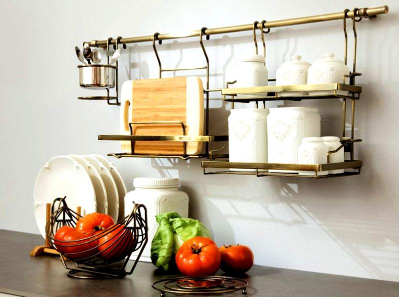 Подберите дополнительные крючки и навесные конструкции, чтобы аккуратно повесить доску и баночки с сахаром, солью и специями