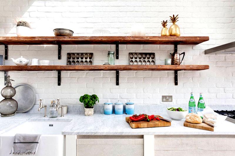Полки необязательно должны сочетаться по цвету со столешницей и шкафами, вы можете выбрать совсем другой материал. Лучше всего смотрится необработанное дерево, покрашенное морилкой. Не используйте лак, чтобы посуда не скользила по поверхности полок