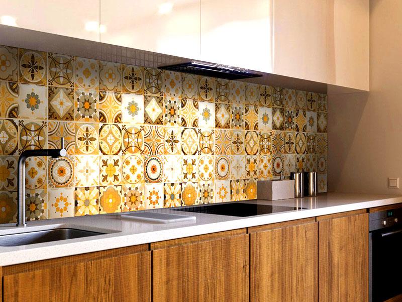 Если ваша кухня оформлена в бело-коричневых тонах, подберите мозаичную плитку для фартука – она станет красивым ярким пятном в интерьере и изменит общий вид помещения