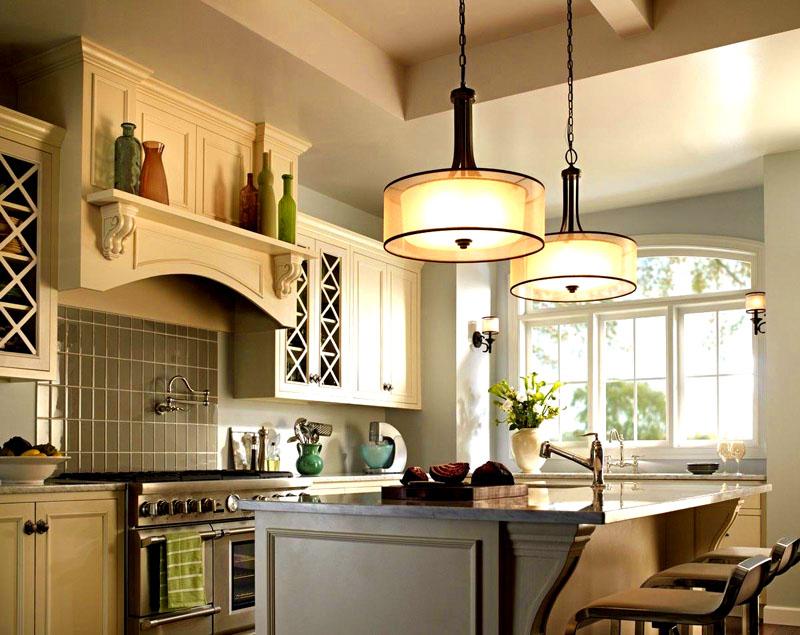 Основную потолочную лампу поместите так, чтобы она висела ровно над обеденным столом. Остальные светильники располагайте по бокам на стенах. Если переместить стол и лампу невозможно, поставьте в центр обеденной зоны красивую лампу с торшером