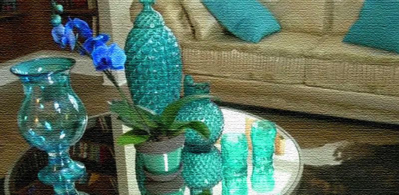 Зеркальную столешницу украшают вазочки и декор цвета тиффани