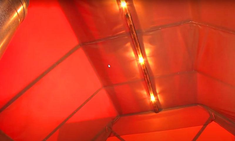 И наконец – нюансы освещения. Автор использовал автомобильные лампы с питанием от 12 В и расположил их в самой верхней точке баньки. Такие лапы практически не нагреваются, так что не случится ничего страшного, даже если на них попадёт вода с банного веника