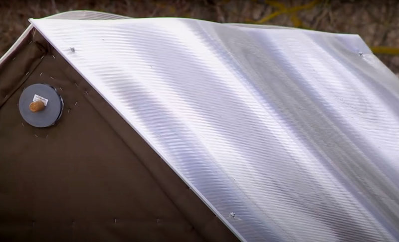 Крыша для обтянутого брезентом каркаса не так уж важна, но лучше её предусмотреть, чтобы случайная искра из дымохода не попала на ткань сверху