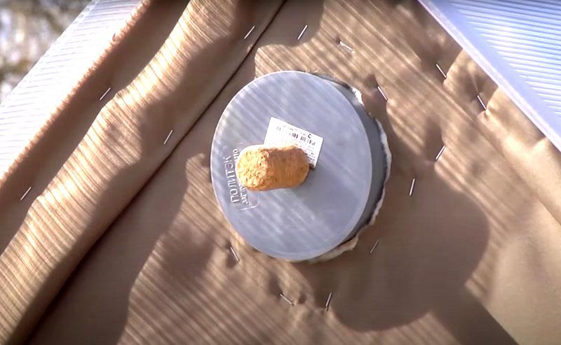 А чтобы в перерывах между банными процедурами деревянный каркас не гнил от лишней влажности, это пространство можно проветривать. Для этого в верхней точке каркаса, под самым коньком, следует сделать вентиляционное отверстие с пробкой, которую вынимают после использования бани