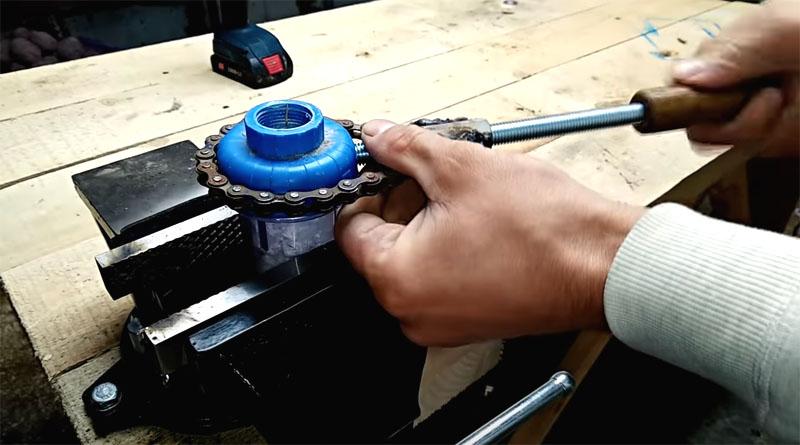 Таким универсальным инструментом легко откручивать даже хрупкие пластиковые детали