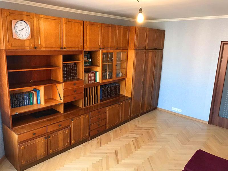 Также вы можете обновить свой дачный дом, переделав старую мебель. Достаточно лишь наждачной бумаги и морилки или матовой краски для того, чтобы, не тратя много денег, получить полностью обновлённый интерьер