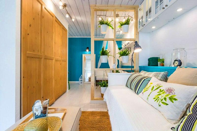 Дизайнеры рекомендуют выделять цветом только одну стену в комнате, самую дальнюю. Он не только зонирует, но и визуально увеличивает помещение