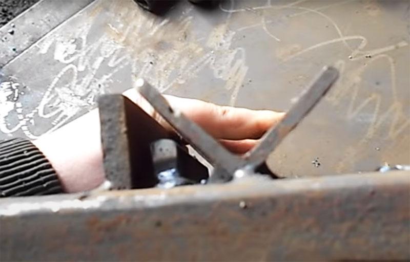 С одной стороны уголка приваривают две металлические полосы с расстоянием примерно в 10 мм. Тонкую полосу помещают ближе к уголку, широкую – чуть дальше
