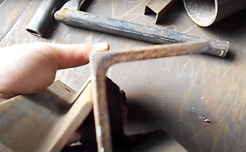 Кроме профильной трубы и круглых труб, с помощью этого приспособления можно легко и просто резать и металлический уголок. Именно для этого в конструкции приварены металлические полосы. Уголок вставляется между ними для упора, и вы можете резать поочередно каждую сторону