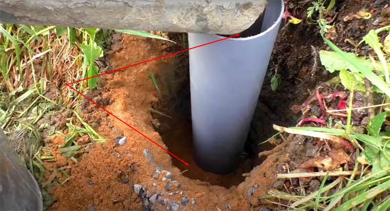 Теперь бетонная смесь заливается в трубу, а вокруг неё трамбуется песчано-гравийная смесь. Причём заливать и трамбовать нужно одновременно, чтобы не возникло перекоса