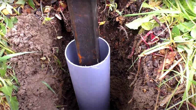Затем проденьте через верх опоры кусок пластиковой трубы. Теперь заливка будет производиться в эту трубу при помощи направляющего жёлоба