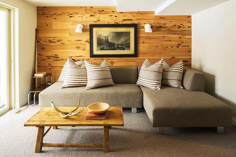 Несмотря на то, что использование деревянной панели может стать отличным выходом при совершении ошибок в ремонте, стену необходимо выровнять, если она слишком кривая. Так вы сможете ровно выложить доски и любоваться итоговым результатом