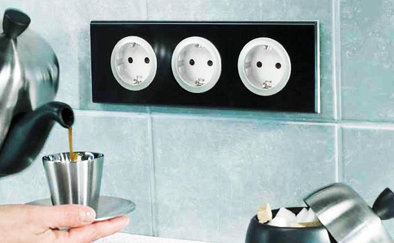 Заранее подсчитайте, какое количество техники вы используете одновременно: сегодня почти на каждой кухне есть мультиварка, электрический чайник, блендер, соковыжималка и мясорубка, а также много другой полезной техники