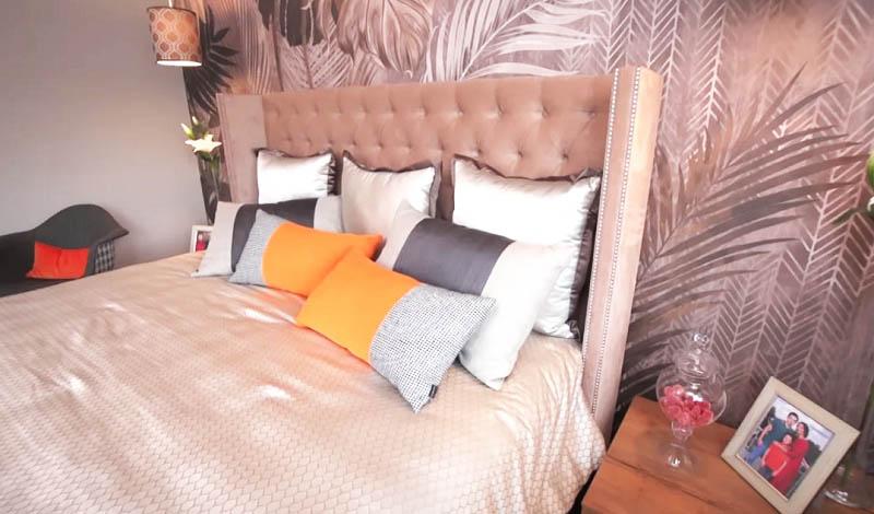 С обеих сторон кровати свисают элегантные светильники, плафоны которых украшены геометрическим принтом